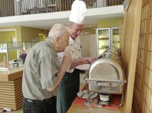 Bewohner im Restaurant mit Küchenchef