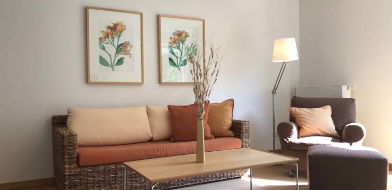 Wohnung mit Couchtisch und Sofas