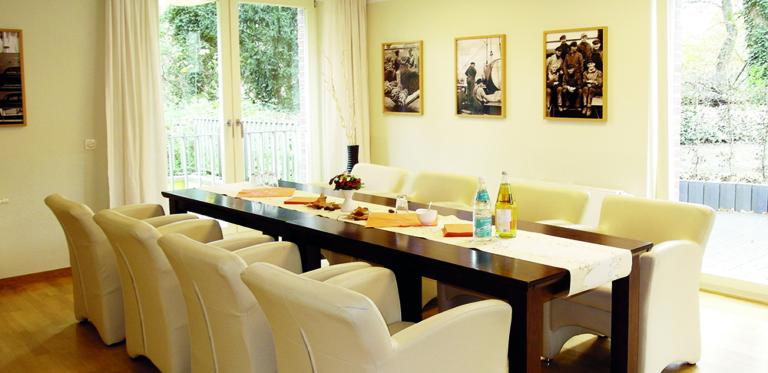 Wohnbereich mit Tisch und Stühlen
